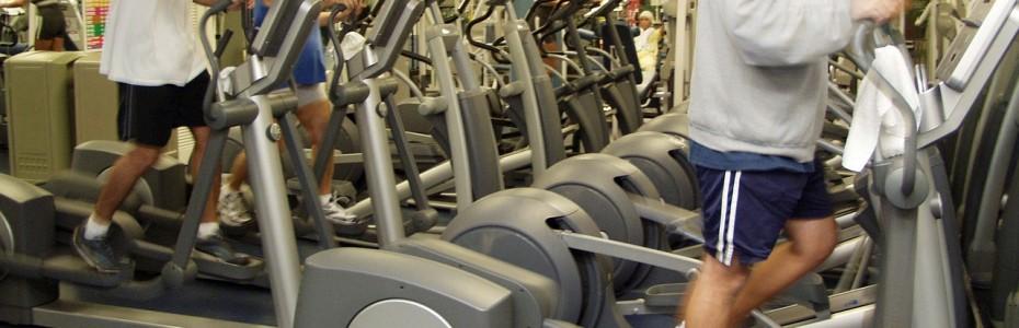 Un vélo elliptique dans une salle de fitness
